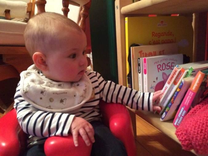Maria, 5 mois, adore les livres!