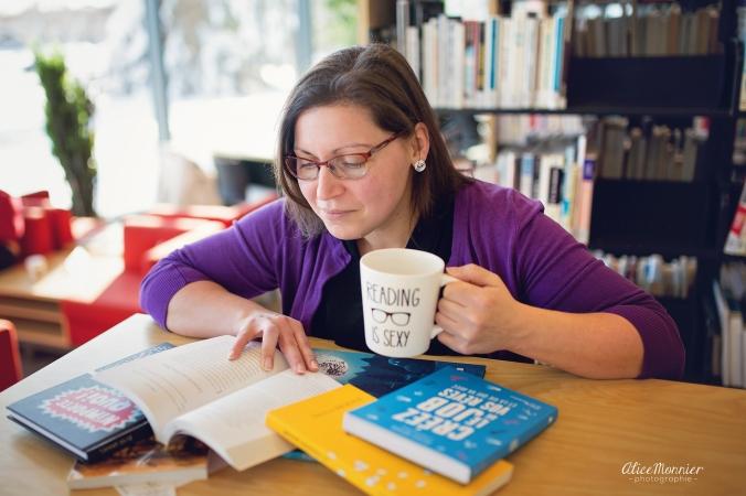 Je suis occupée avec une pile de livres et ma légendaire tasse.