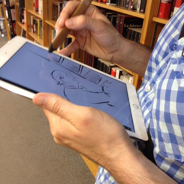 Francis Desharnais en train de faire un croquis dans le cadre de la Journée des librairies indépendantes.