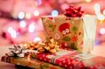On dirait bien que ce sont des livres emballés dans du papier pour Noël!
