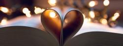 Un cœur formé avec les pages d'un livre. Ça représente bien la mission de Julie lit au lit.