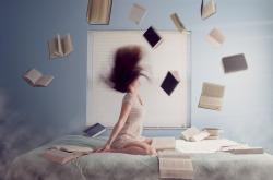 Femme dans un lit avec plein de livres