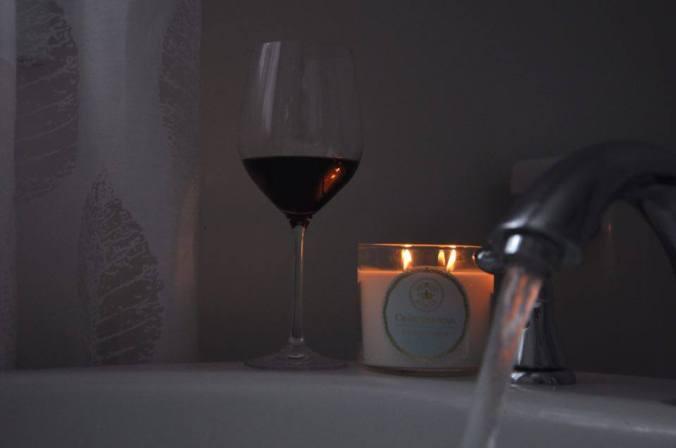 Une coupe de vin, une chandelle, un bain et un bon livre!