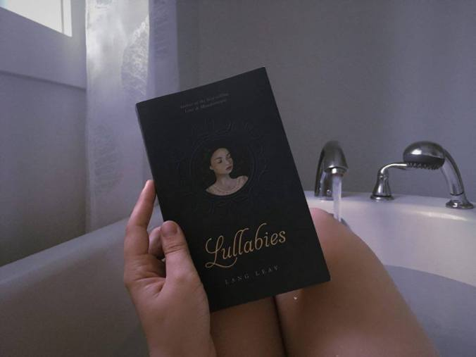 Lire le recueil de poèmes Lullabies de Lang Leav dans le bain.